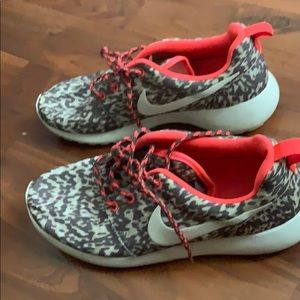 Nike roshes leopard pink